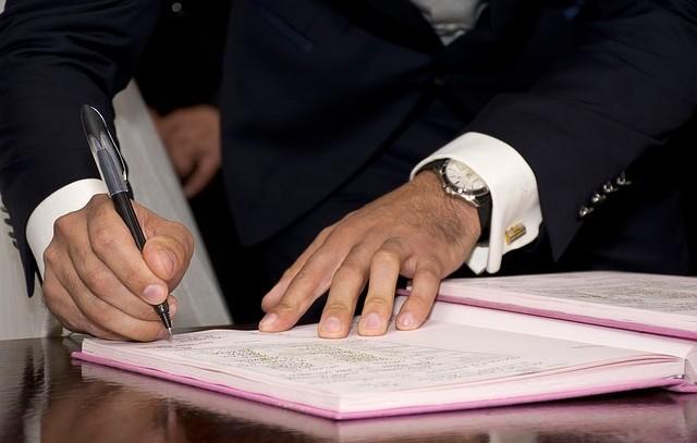 Umowa spółki partnerskiej – wzór z komentarzem